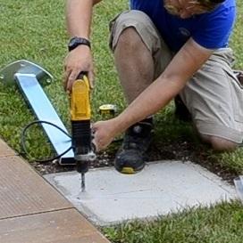 montaż płyty ściennej do żagli przeciwsłonecznych